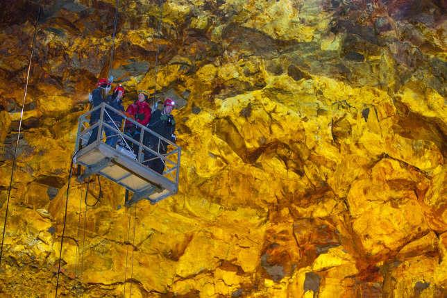 Descente en nacelle dans la chambre magmatique du Thrihnukagigur.