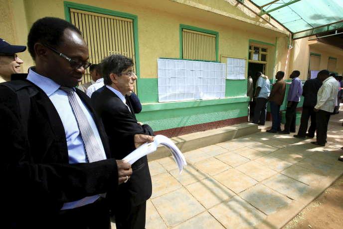 Observateurs internationaux dans un bureau de vote à Khartoum, au Soudan, le 13 avril 2015.