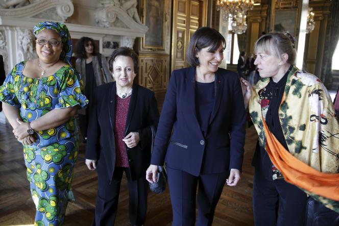 Anne Hidalgo (deuxième en partant de la droite), en compagnie des Prix Nobel  Leymah Gbowee (à gauche), Shirin Ebadi (deuxième en partant de la gauche) et Jody Williams (à droite) pendant la célébration du 70eanniversaire de la première femme ayant eu le droit de vote, le 16avril2014, à Paris.