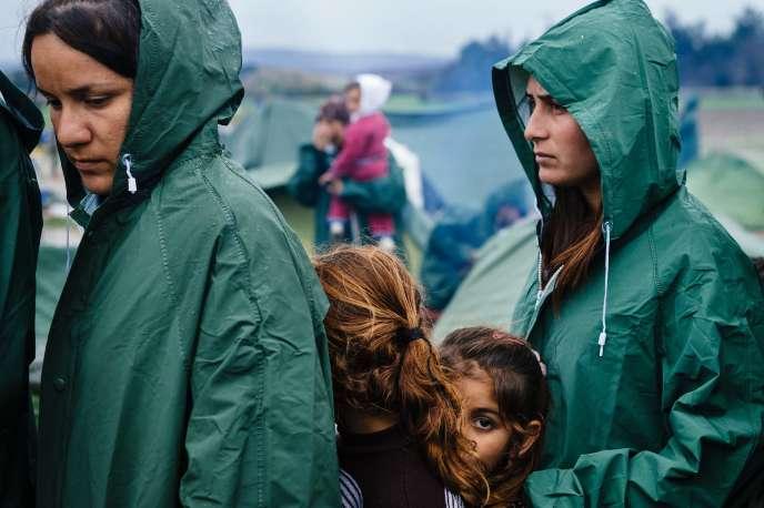 Des réfugiés syriens bloqués à la frontière entre Grèce et Macédoine à Idomeni, le 10mars.