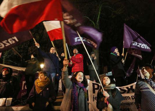 Manifestation à Varsovie en défense de la démocratie, jeudi 10 mars.