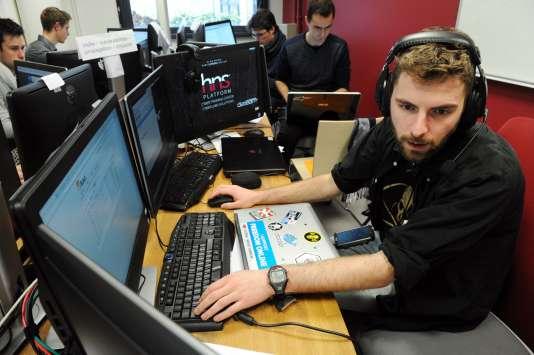 Un étudiant en plein exercice essaye de riposter à une cyberattaque, à l'Ecole nationale supérieure d'ingénieurs de Bretagne sud, le 4 février 2016.