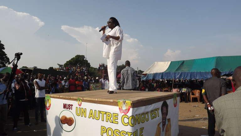 Claudine Munari, unique femme parmi les neuf candidats à la présidentielle, en meeting à Brazzaville, le 8 mars 2016.