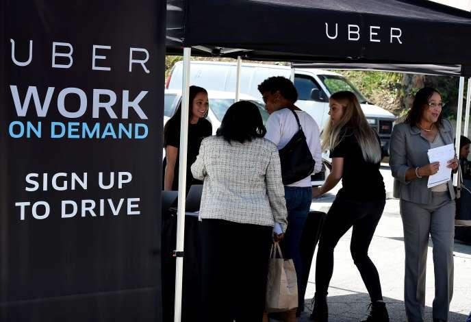A Boston, les chauffeurs de taxi passent 32% de leur temps de travail avec un client dans le taxi, comparé à 46,1% pour les chauffeurs qui travaillent pour Uber (Photo: stand d'embauche Uber à Los Angeles, mars 2016).