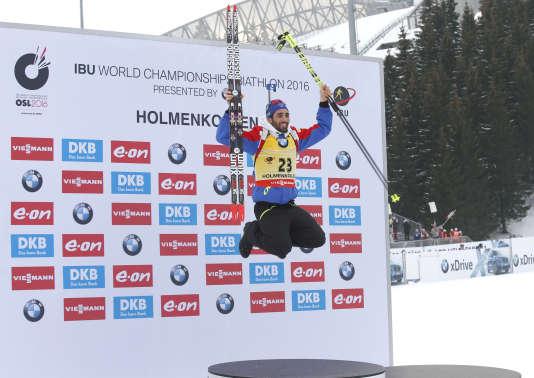 Martin Fourcade saute de bonheur après sa victoire dans le 20 kilomètres lors des championnats du monde à Oslo, le 10 mars 2016.