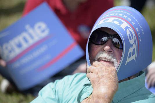 Un partisan du candidat démocrate Bernie Sanders, Tim Ferris, de 82 ans, se protège du soleil avec une pancarte en attendant l'arrivée du sénateur du Vermont lors d'un meeting à Kissimmee, en Floride, le jeudi 10 mars 2016.