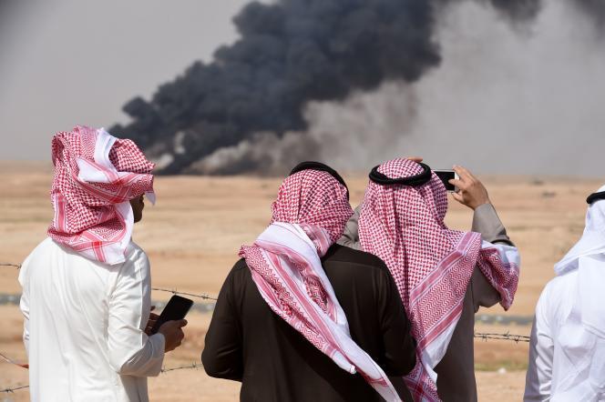 Des Saoudiens prennent des photos des exercices militaires à Hafar Al-Batin, le 10 mars 2016.