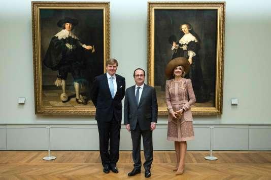 Le roi des Pays-Bas, Willem-Alexander, le président Francois Hollande et la reine Maxima devant les deux tableaux de Rembrandt au Musée du Louvre à Paris, le 10 mars 2016.