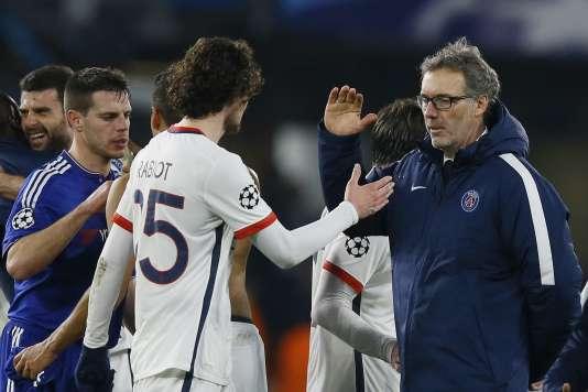 Laurent Blanc félicite Adrien Rabiot, buteur face à Chelsea, le 9 mars, à Londres.