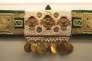Une ceinture enrichie de perles, pièces d'or et corail (Tunisie). L'influence de Byzance est présente en Tunisie orientale où les femmes composent parfois leurs propres bijoux, comme de la broderie.