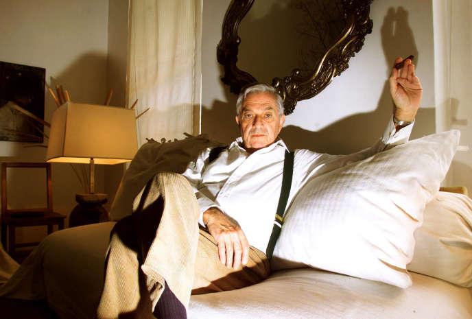 Le chef décorateur britannique Ken Adam, à son domicile à Knightsbridge, Londres, en décembre 1999.