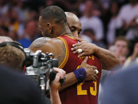 Kobe Bryant et LeBron James s'étreignent après le match, jeudi 10 mars, à Los Angeles.