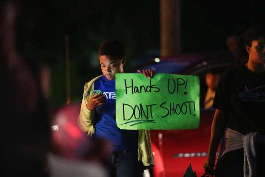 Manifestation contre les violences policières, le 15 août 2014, à Ferguson, aux Etats-Unis, après la mort d'un jeune Noir.