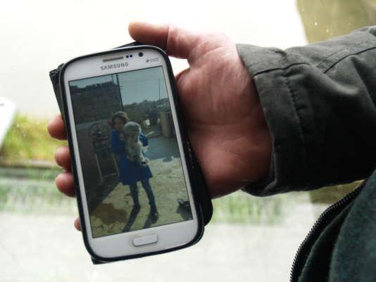 Les trois enfants de Bassam Kokache, dont l'une de ses deux filles ici sur son téléphone, sont restés à Damas avec son épouse. Il attend d'obtenir son statut de réfugié pour les faire venir en France.