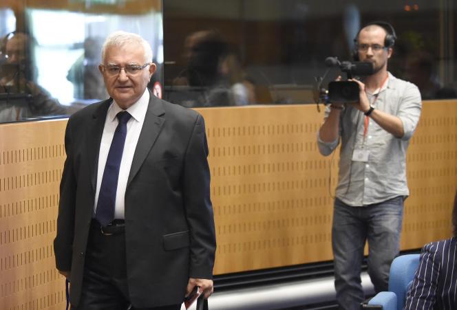 John Dalli arrive, le 7 juillet 2014, à la Cour de justice de l'Union européenne pour être auditionné. L'ancien commissaire européen maltais avait quitté son poste soudainement en octobre 2012 après sa mise en cause par l'OLAF.