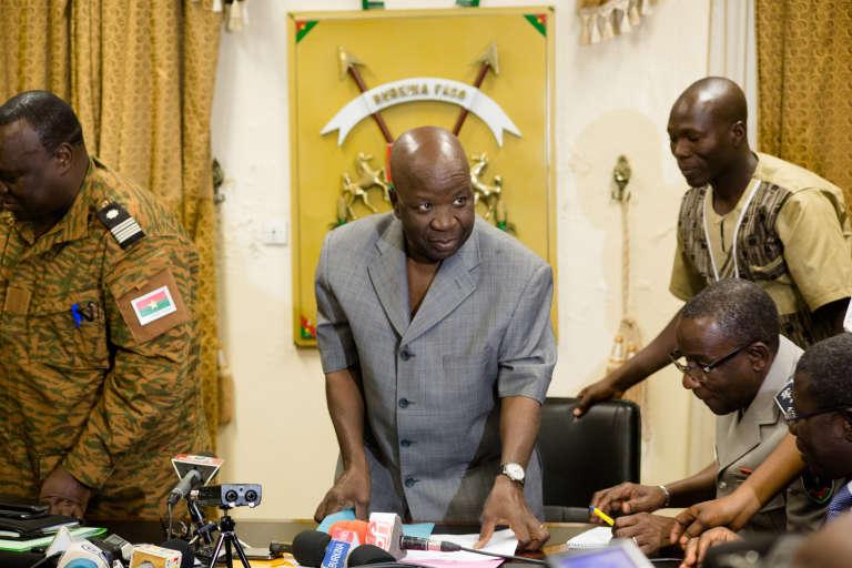 Le ministre de l'intérieur burkinabé Simon Compaoré lors d' une conférence de presse lundi 7 mars à Ouagadougou.