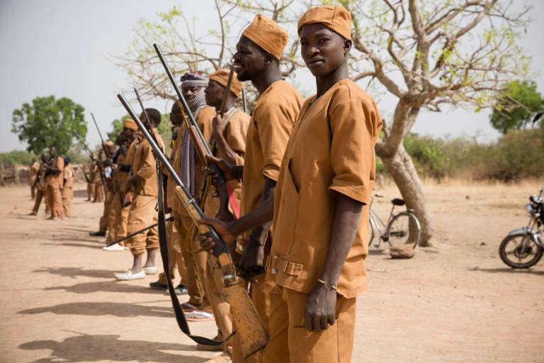 Des membres du service de sécurité du groupe koglweogo de Sapouy au Burkina Faso