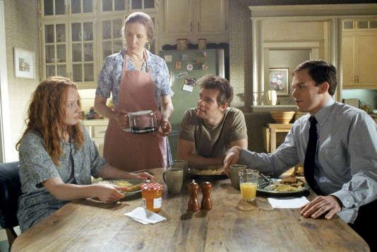 La fille, Claire Fisher (Lauren Ambrose ),  sa mère Ruth (Frances Conroy),  et ses deux frères Nate (Peter Krause) et  David (Michael C. Hall) réunis dans la cuisine dans la série créée par Alan Ball «Six Feet Under» (2001-2005).