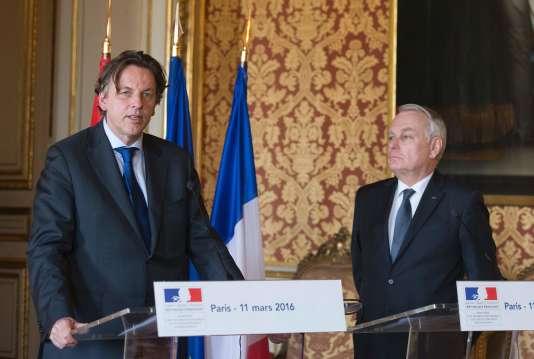 Bert Koenders, ministre néerlandais des affaires étrangères, aux côtés de Jean-Marc Ayrault, à Paris, le 11 mars.