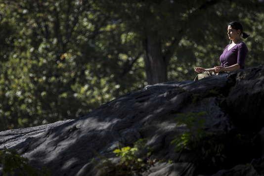 Une femme médite à New York, en octobre 2015.