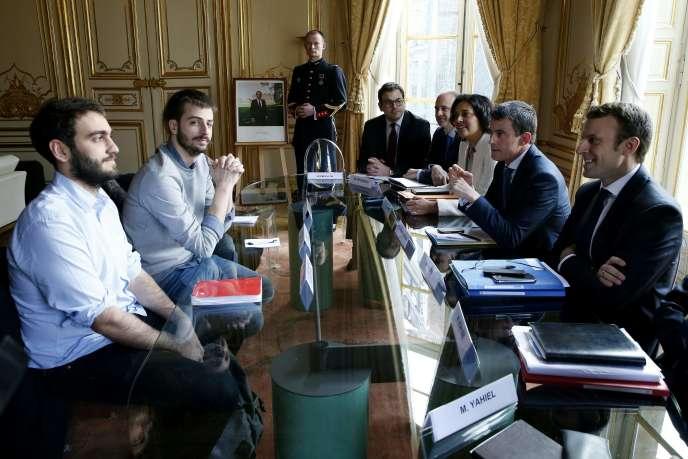 Sacha Feierabend et William Martinez (à gauche), de l'UNEF, lors de leur rencontre à Matignon avec Manuel Valls, Myriam El Khomri et Emmanuel Macron, le 11 mars 2016.