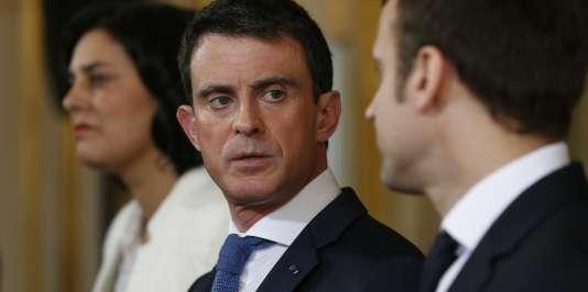 Manuel Valls tient une conférence de presse avec la ministre du travail, Myriam ElKhomri, et le ministre de l'économie, Emmanuel Macron, le 11 mars.