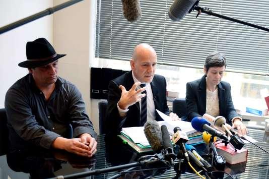 De gauche à droite, le frère du patient mort, Laurent Molinet, son avocat, Jean-Christophe Coubris et sa femme Florence Molinet, le 11 mars.