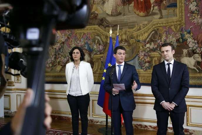 De gauche à droite : la ministre du travail, Myriam El Khomri, le premier ministre, Manuel Valls, et le ministre de l'économie, Emmanuel Macron, à Matignon, le 11 mars, après avoir reçu les représentants des principales organisations syndicales