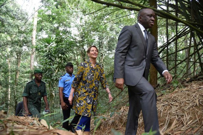Ségolène Royal avec le ministre de l'environnement ivoirien, Rémi Allah Kouadio, dans le parc naturel du Banco, à Abidjan, le 26 février.
