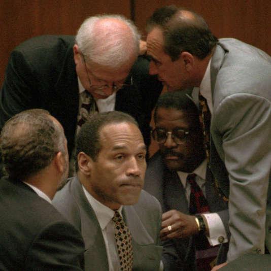 O.J. Simpson entouré de ses avocats, le 29 août 1995.