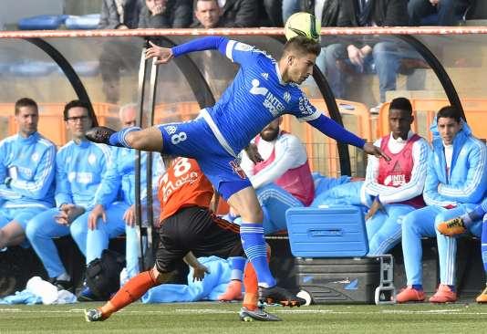 Le Lorientais Maxime Barthelme à la lutte avec le Marseillais Lucas Silva Borges, le 12 mars, à Lorient.