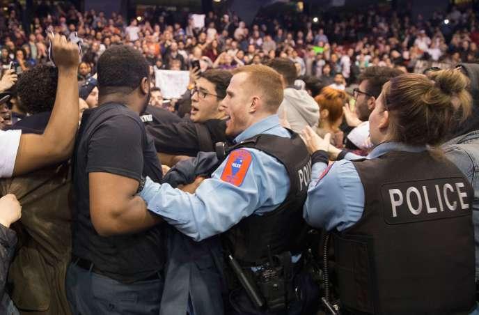 Des bagarres entre partisans de Donald Trump à l'Université de l'Illinois à Chicago, après l'annonce de l'annulation d'un meeting en raison de risques de violences, le 11 mars 2016.