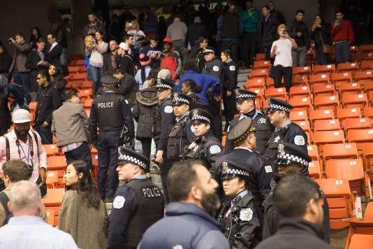 La police est intervenue en marge d'un meeting annulé du candidat républicain Donald Trump, le 11 mars, après que des échauffourées ont éclaté entre ses partisans et ses détracteurs.