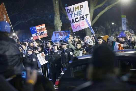 Des opposants au magnat de l'immobilier, Donald Trump, le 11 mars à Chicago dans l'Illinois, le 11 mars.