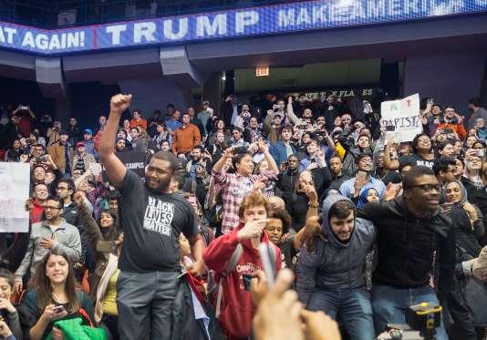 Des manifestants anti-Trump avaient réussi, le 11 mars, à entrer à l'intérieur du bâtiment où devait avoir lieu la réunion publique du candidat à Chicago.