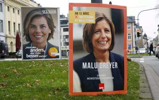 Des affiches électorale de Malu Dreyer et sa concurrente Julia Kloeckner à Coblence en Rhénanie-Palatinat, le 1 mars 2016.
