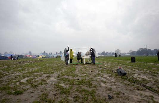 Ai Weiwei a organisé un concert symbolique dans les champs où campent les réfugiés.