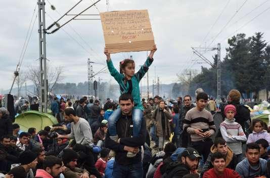 Environ 200 réfugiés ont protesté dans les environs du village grec d'Idomeni, samedi 12 mars à la mi-journée.