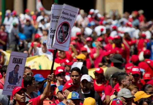 Les sympathisants au président Nicolas Maduro dans les rues de Caracas, le 12 mars.