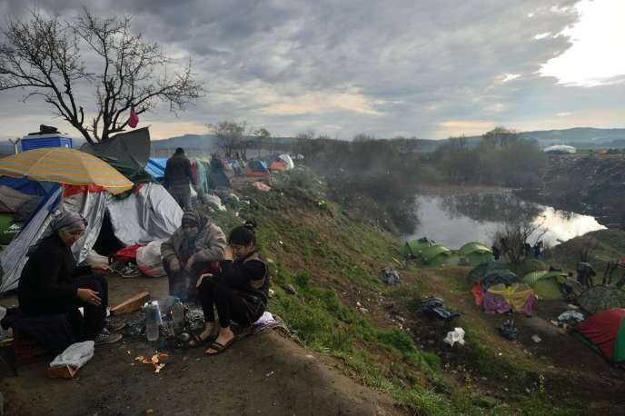 Des réfugiés campent à la frontière entre la Grèce et la Macédoine, le 12 mars.