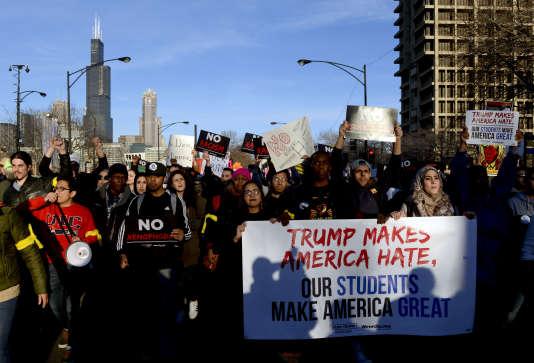 Des manifestants dénoncent la politique de Donald Trump à Chicago, le 11 mars.