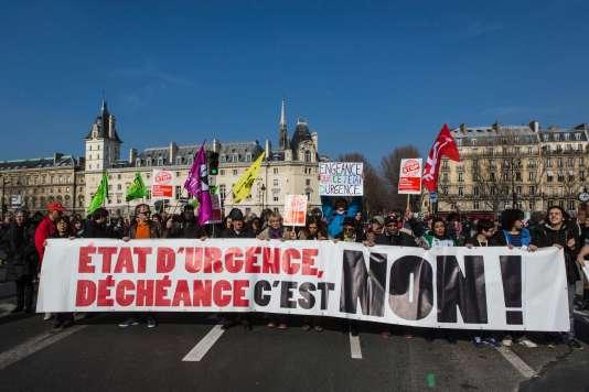 Plusieurs centaines de personnes ont manifesté, samedi 12 mars, pour réclamer la levée de l'état d'urgence.