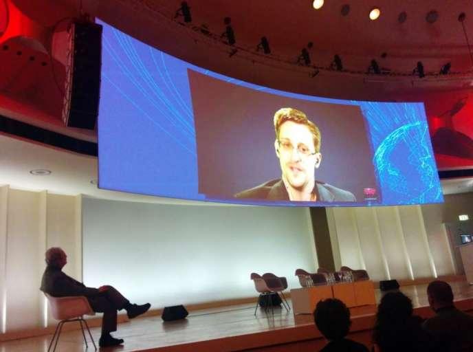Edward Snowden à Berlin pendant son intervention par vidéoconférence à la conférence Logan, le 12 mars.