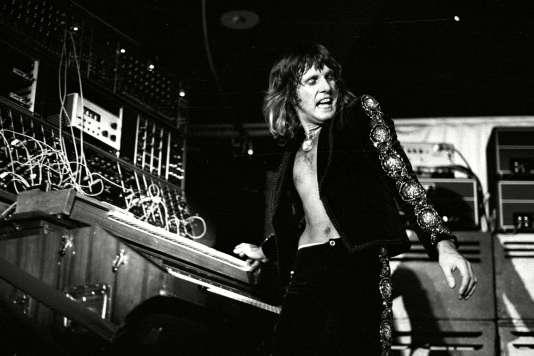 Keith Emerson, en 1975, lors d'un concert de Emerson, Lake and Palmer.