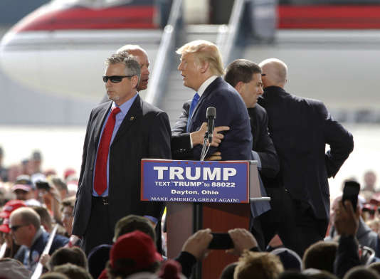 Le 12 mars, en bordure de la piste de l'aéroport de Dayton, dans l'Ohio, un protestataire a tenté de monter sur la scène. Les gardes du corps de Donald Trump sont intervenus.