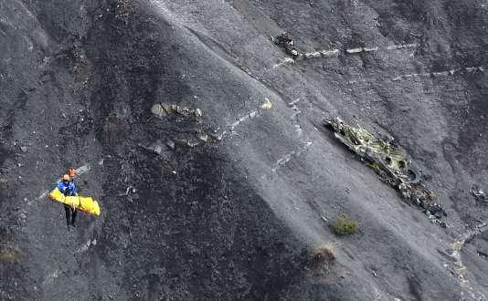 Des enquêteurs aux alentours du site du crash de l'A320 de la compagnie Germanwings, le 26 mars 2015.