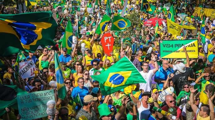 Des manifestants défilent à Porto Alegre, dans le sud du Brésil, pour réclamer la démission de la présidente Dilma Rousseff, dimanche 13 mars.