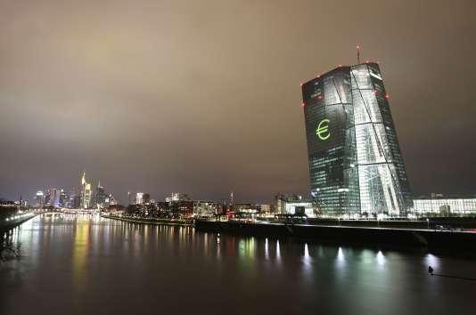 """""""Les seuls billets dont peut disposer la banque centrale correspondent à ses avoirs en caisse figurant à l'actif de son bilan et qui sont financés au passif par ses fonds propres"""" (Photo: la Banque centrale européenne, à Francfort (Allemagne)."""