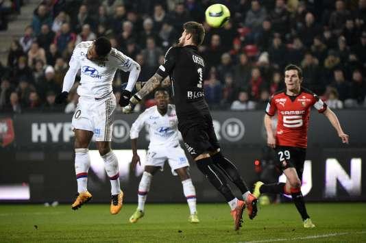 L'attaquant lyonnais Alexandre Lacazette face au gardien rennais Benoit Costil, le 13mars, au Roazhon Park à Rennes.