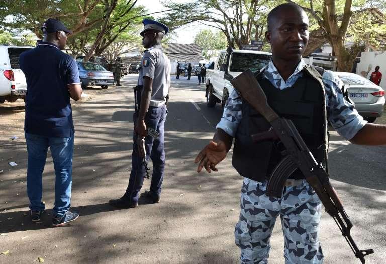 Des membres des forces armées ivoiriennes près de la plage de Grand-Bassam, où au moins seize personnes ont été tuées dimanche 13 mars.